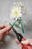 Fotografie Florist am Arbeitsplatz. Wie man Serviettenring mit Chrysanthemen-flow