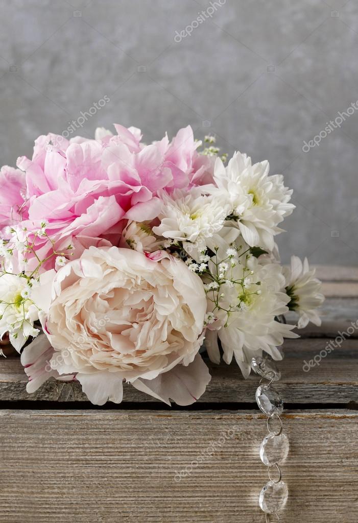 Blumenarrangement mit rosa Pfingstrosen, weiße Chrysanthemen ...