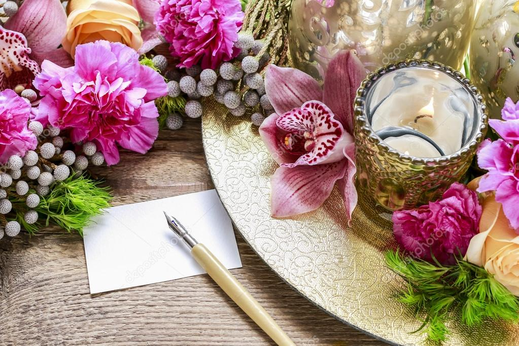 Blumenarrangement mit Orchideen, Rosen und Nelken — Stockfoto ...
