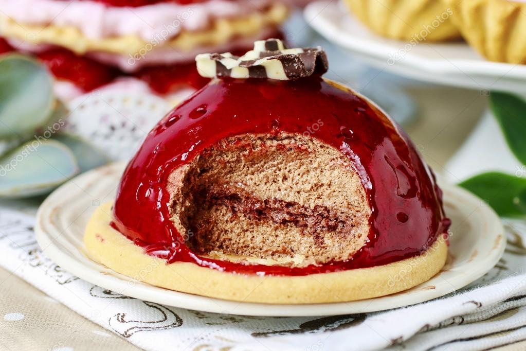 Schokoladenkuchen Mit Roten Fruchten Glasur Partytisch