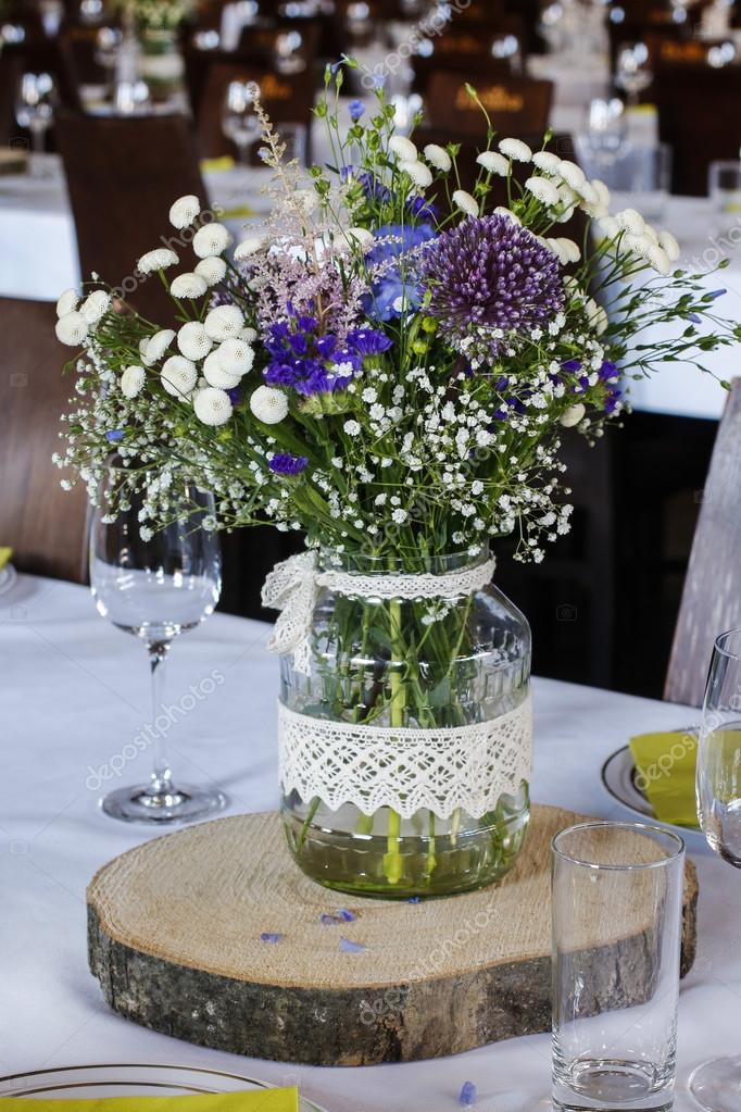 Bouquet of mixed wild flowers on rustic wedding table - Bouquet de fleurs en anglais ...