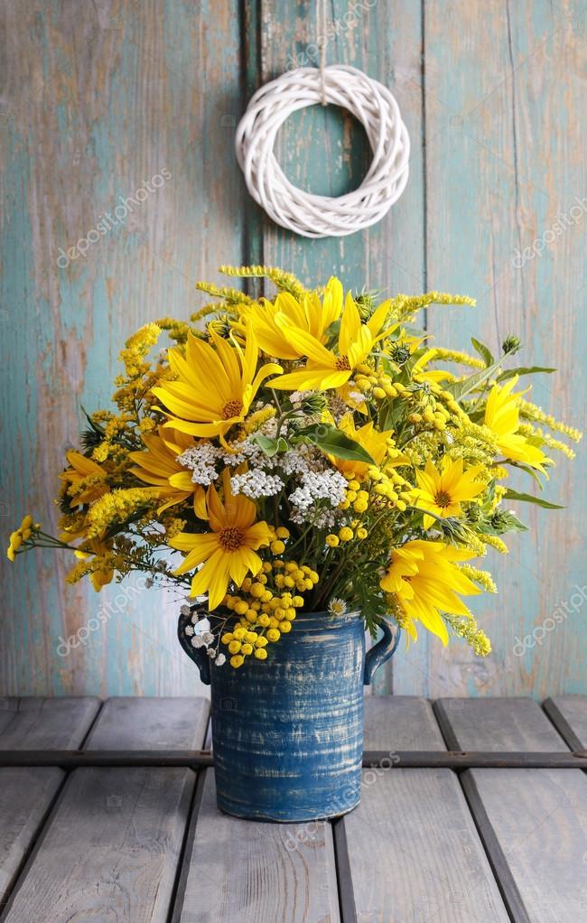 Mazzo di girasoli e fiori di campo sulla tavola di legno for Mazzo per esterni in legno