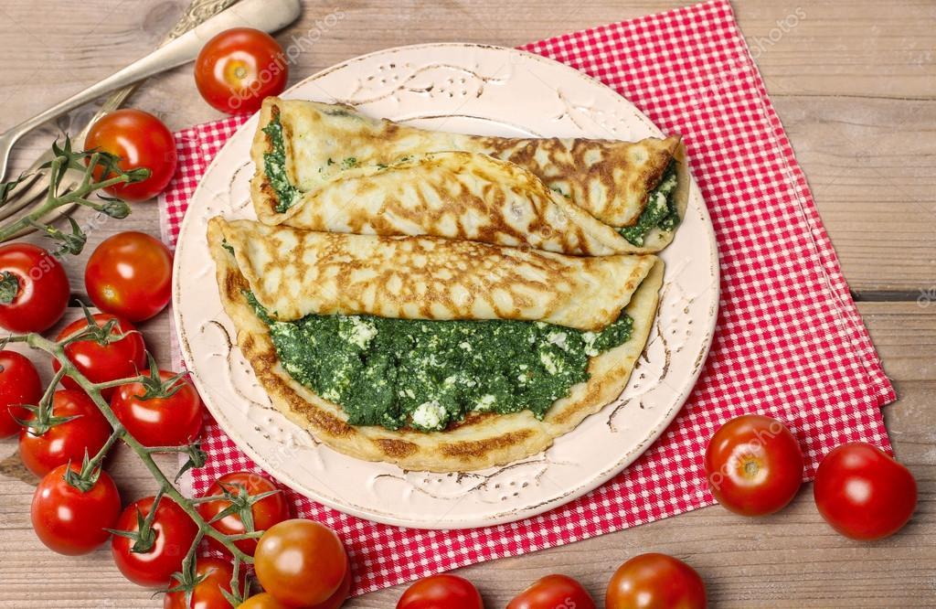 Mediterrane keuken glutenvrije pannenkoeken gevuld met kaas en