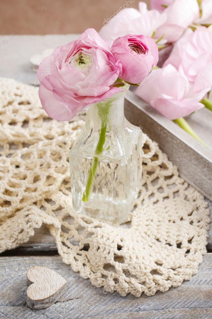 Rosa flores persa Ranúnculo (ranunculus) en florero de cerámica ...