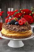 Fotografie Käsekuchen mit Schokolade Topping dekoriert mit Sommer-Früchte