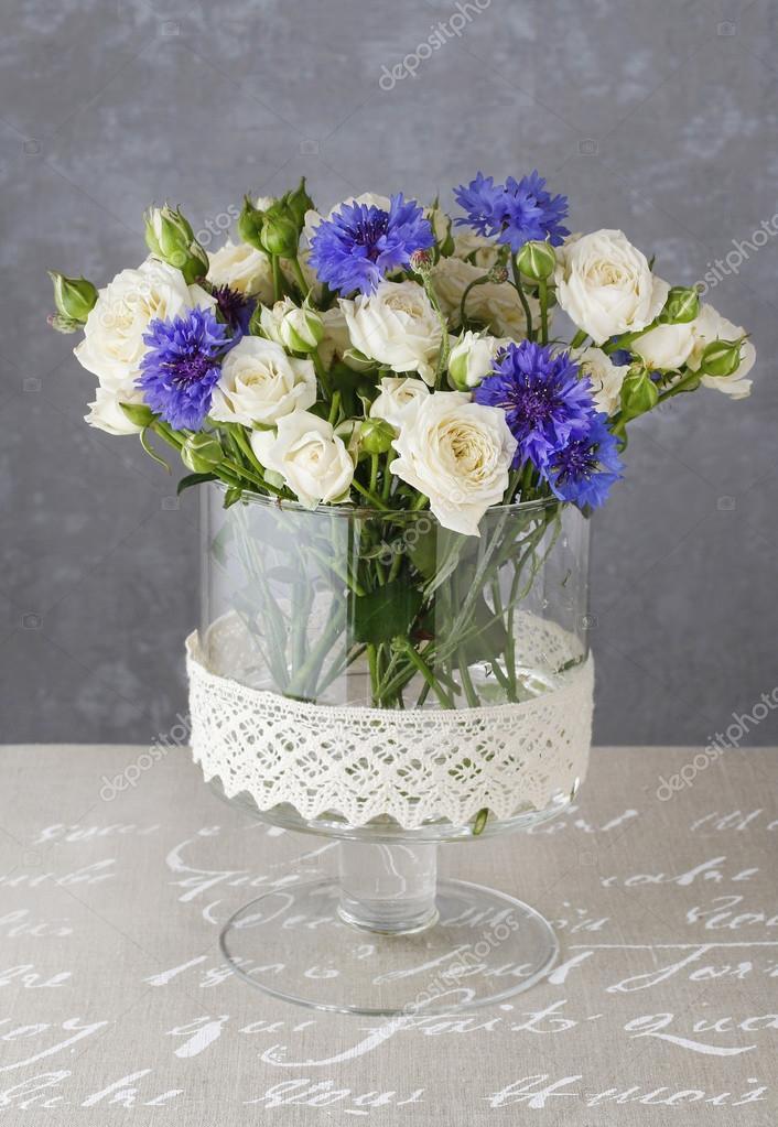 Blumen Gesteck mit blauen Kornblumen und weisse Rosen — Stockfoto ...