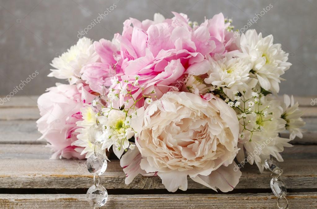 Blumen Gesteck mit rosa Pfingstrosen, weiße Chrysanthemen und g ...