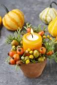 Fotografie Schöne Tischdekoration mit Kerze und im Herbst Pflanzen