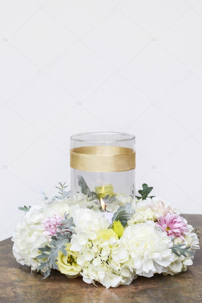 46a49625c072 Λευκό κερί μεταξύ λουλουδιών. Γάμος επιτραπέζιο κεντρικό τεμάχιο —  Φωτογραφία Αρχείου