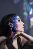 dívka v pestré barvy