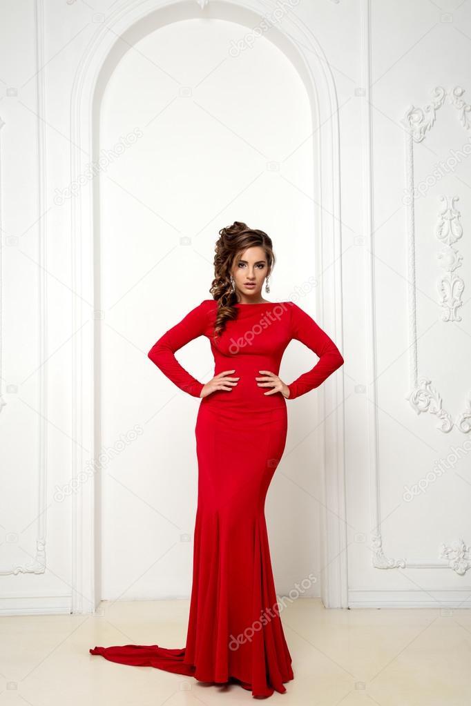 Schöne sinnliche Brunnete mit elegante Frisur. Rotes Kleid ...