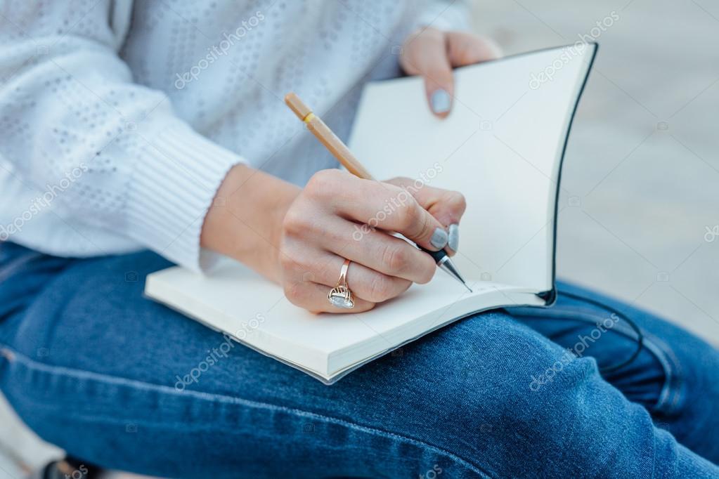 Las Manos De La Mujer Es Escribiendo En El Cuaderno Espalda Al Aire