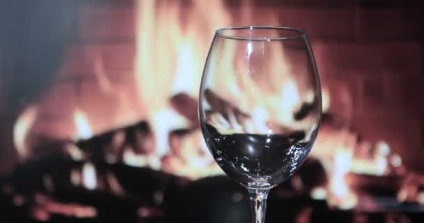 A vörösbor pohárba öntése