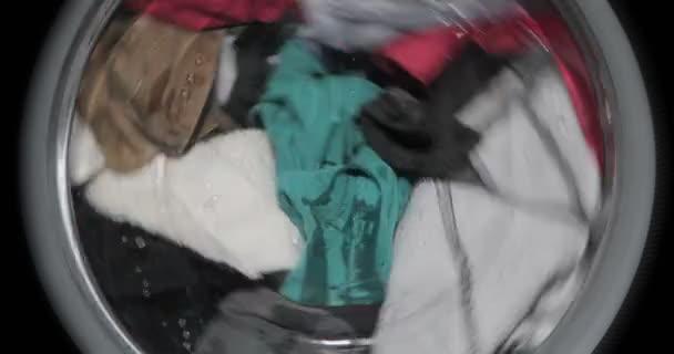 Mosógép mossa piszkos színes ruhák