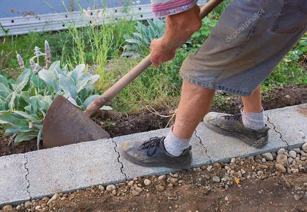 Leitender Gartner Bauen Eine Mauer Fundament Stockfoto C Susazoom