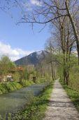 pista ciclabile alla banca del fiume di rottach vicino a tegernsee
