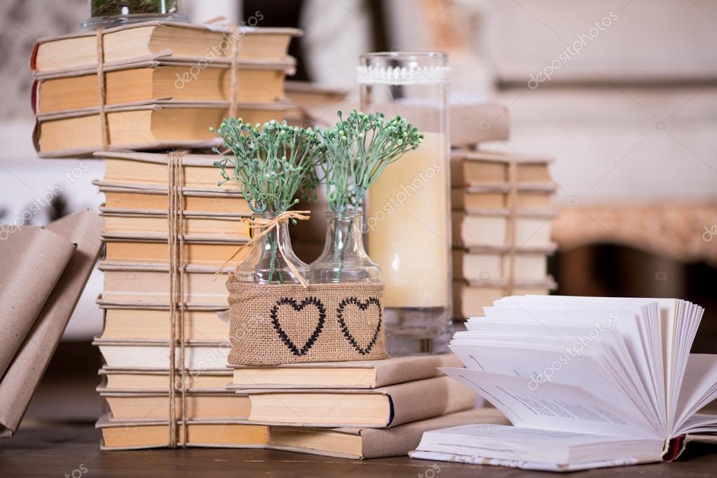 decoracin rstica interior con montn de libros velas y flores en botellas de vidrio u foto de sergiophoto