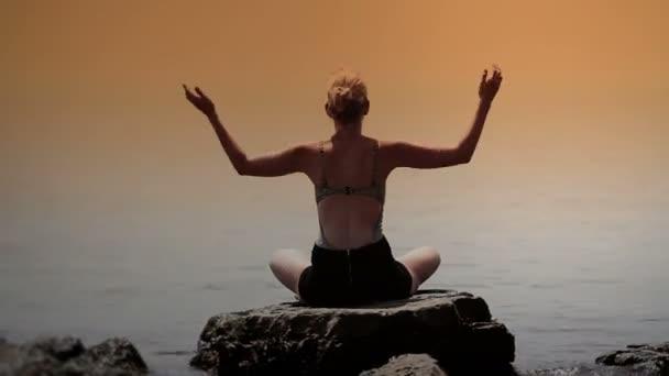 Frau tut Yoga-Position