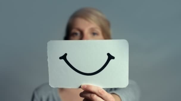 UHD rozmazaný žena ukazující její emoce
