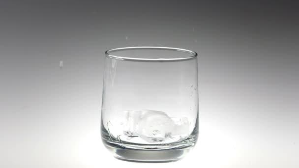 Kostky ledu 180fps Super Slow Motion spadající do skla