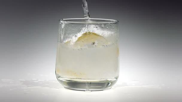 Kostky ledu 180fps Super zpomaleně do šumivé vodního skla