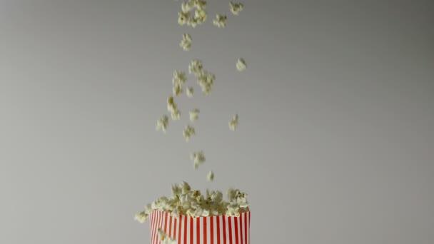 180fps super Zeitlupe Popcorn fallen in Vintage-Tasche