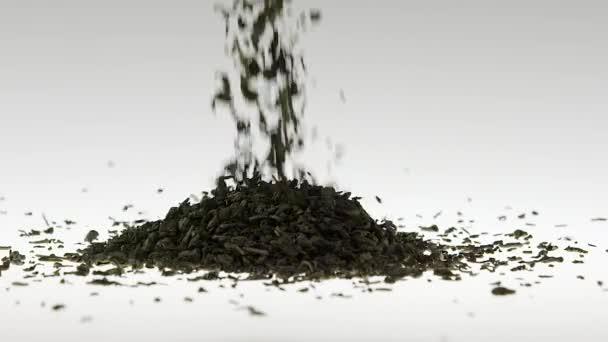 Super pomalý pohyb zelený Nefritový čaj padající na bílé pozadí