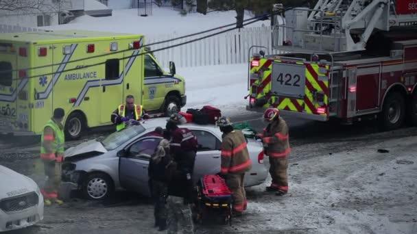 Dopravní nehoda v zimě na křižovatce