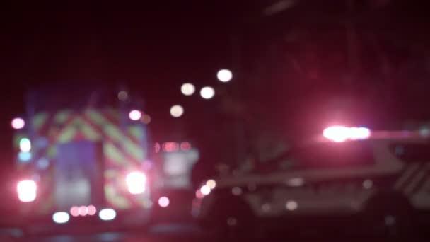 Ambulance, policajti a Firetrucks pozadí rozmazané světla v noci