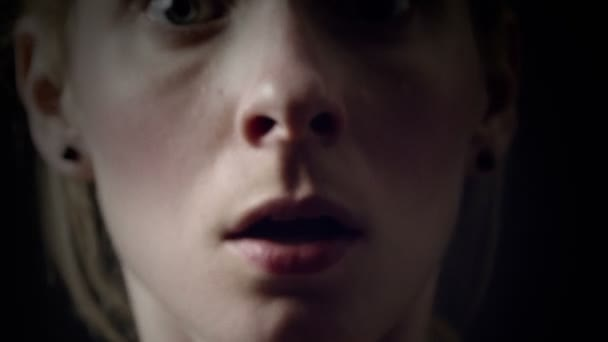 Donna che illustrano un attacco di panico di respirazione difficile