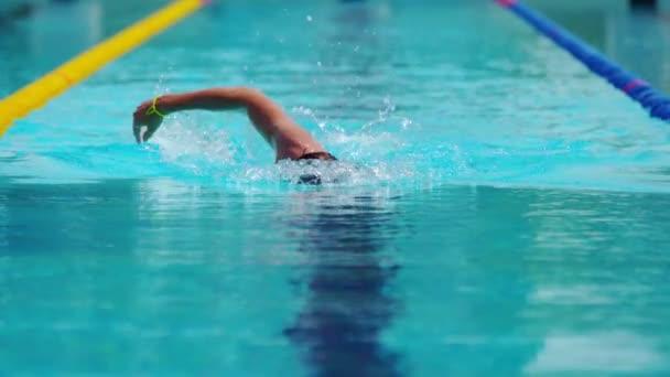 Technika plavání procházení provádí profesionální plavec