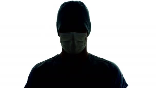 Arzt rotiert mit Gesichtsmaske