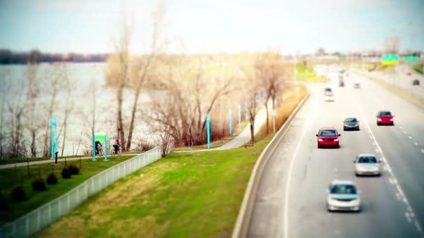Cyklisté na cyklistické stezce stranou zmrazené Highway