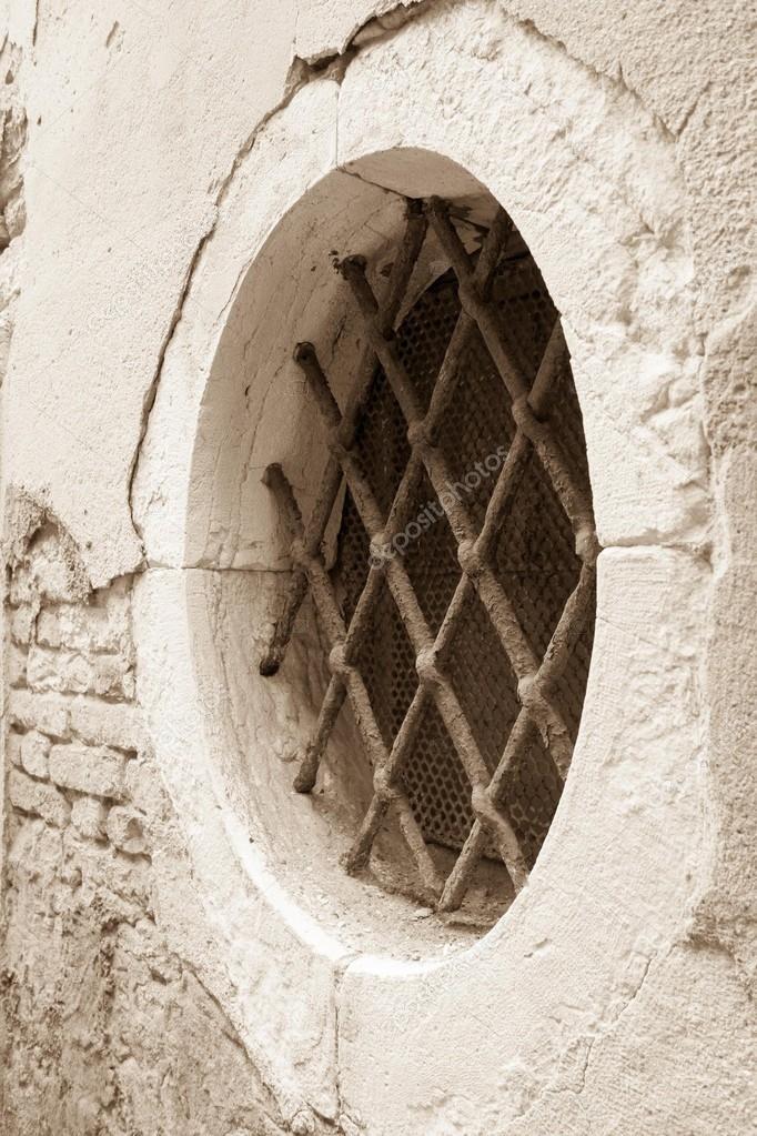 Antico edificio facciata con finestra rotonda e una grata - Finestra ovale e finestra rotonda ...