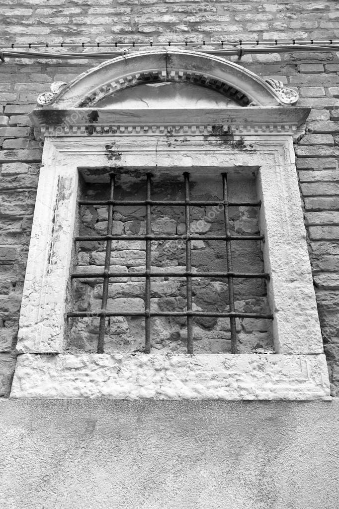 Facciata dell 39 antico edificio con una finestra e la grata for Piani dell edificio per la colazione