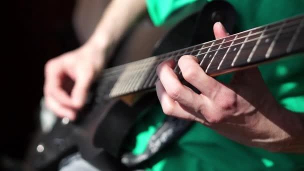 Člověk hraje elektrická kytara