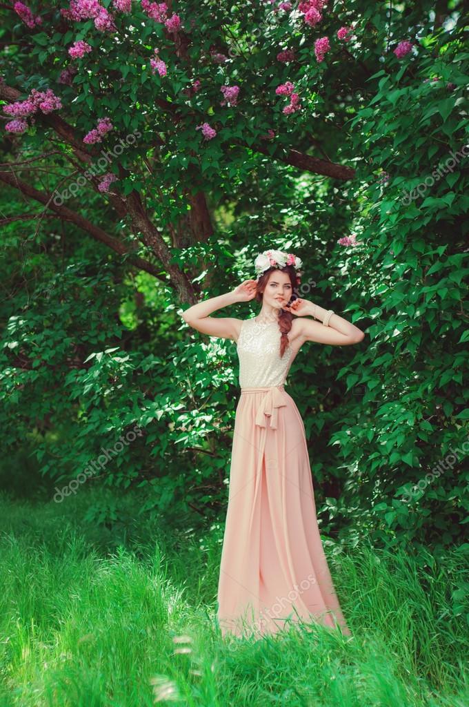 Красивая девушка в длинном платье фото