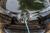töltés modern elektromos autó a tápegység csatlakoztatva van