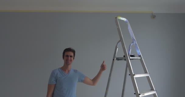 dělník, ukazující jeho palce nahoru