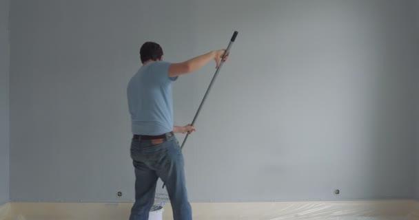 muži, kteří pracují ve svém bytě