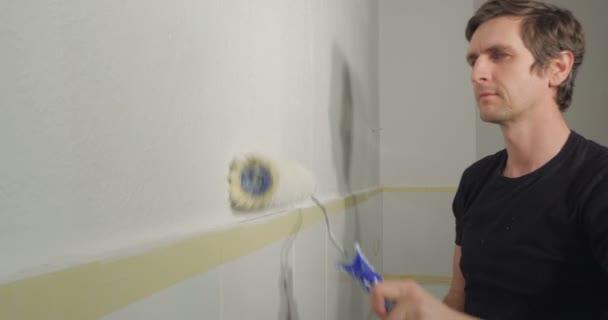 muž malování zdi
