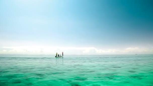 Fisher loď na Mauriciu plachtění v moři