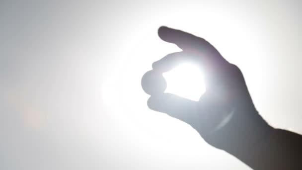 Shell držení ruky proti slunci