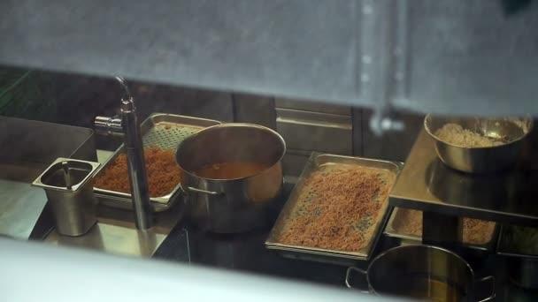 Šéfkuchař připravuje jídlo