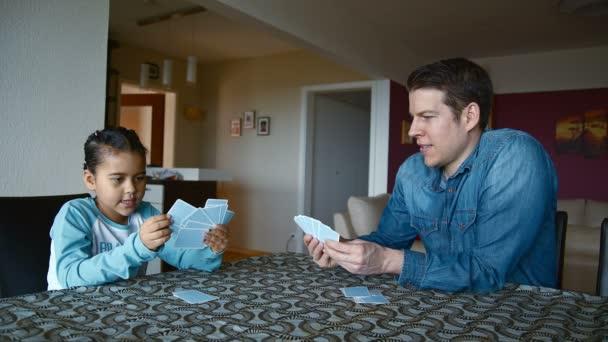 Lány játékkártyák az apja