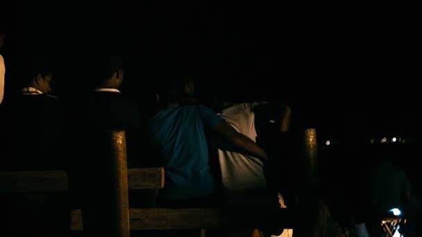 Mauritius meg ül a padon éjjel