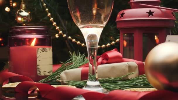 Weihnachten und Neujahr Innendekoration. Weihnachtsgeschenke unterm Weihnachtsbaum. Weihnachten und Neujahr 2021 feiern