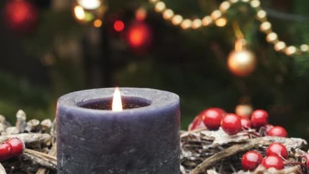 Weihnachtsdekoration mit Kerze. Neujahrs- und Weihnachtsfeier. Kerzenschein gegen Weihnachtsdeko