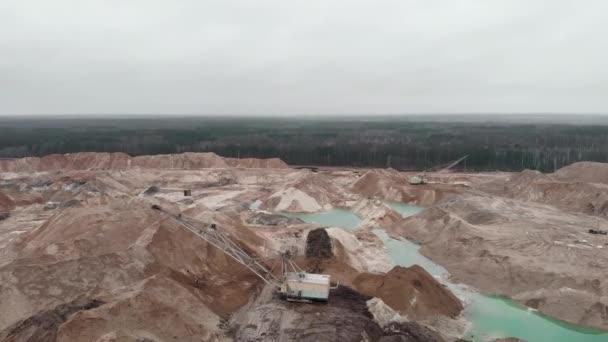 Opencast důlní lom s stroje bagr, dron výstřel. Velký pískový lom, těžba písku pro stavebnictví. Těžba nerostných surovin