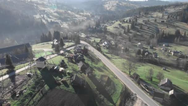 Horská vesnice s domy a chalupami. Horské kopce. Karpatské hory